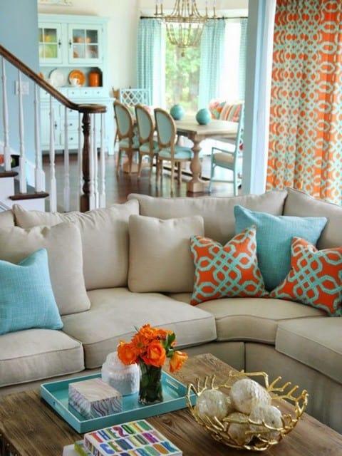 sala com detalhes azul e laranja