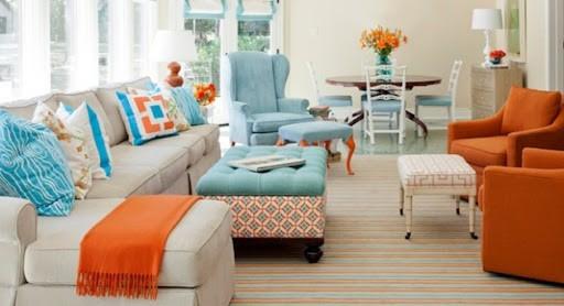 sala cores azul e laranja claros