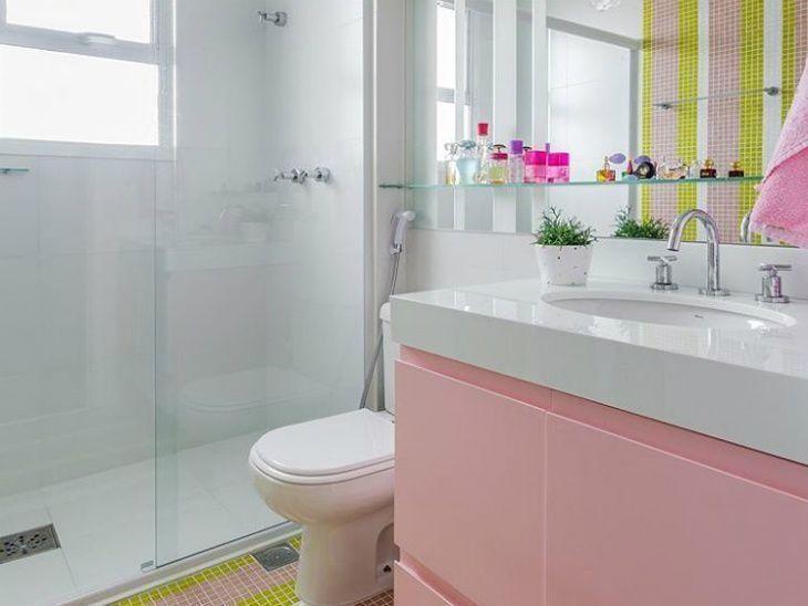 movel de banheiro rosa com prateleira de vidro