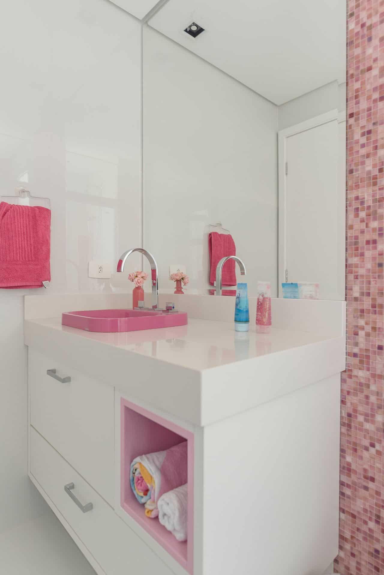 móvel de banheiro simples e rosa
