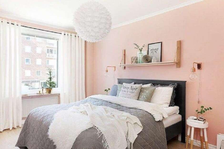 quarto de mulher com parede rosada