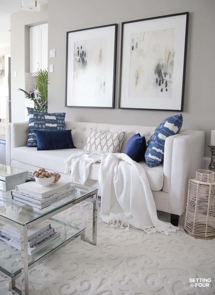 sala branca com detalhe azul