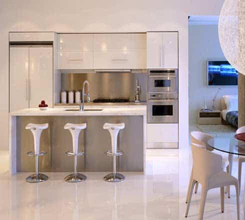 cozinha branca com metais