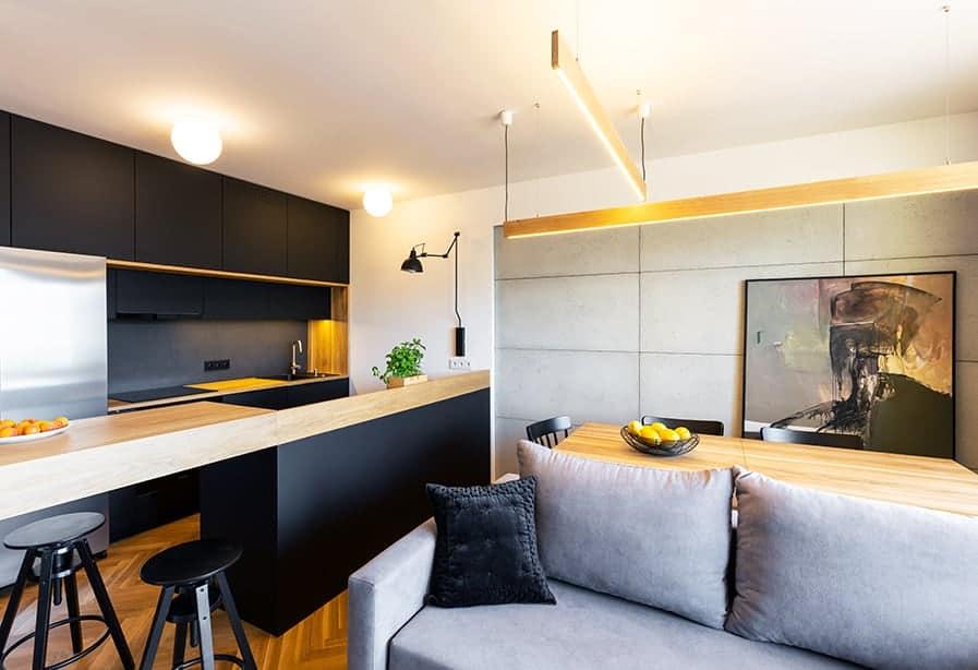 cozinha americana moderna preta e madeira