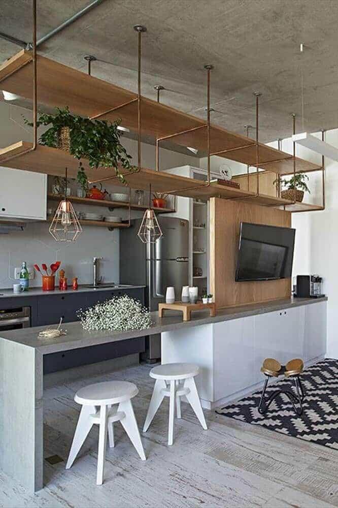 cozinha integrada com prateleiras suspensas