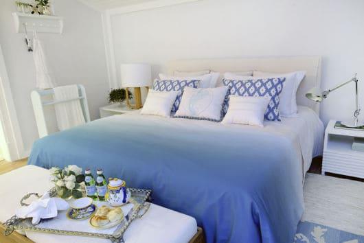 quarto com roupa de cama azul moderno