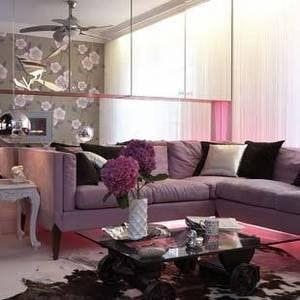 decoracao com objetos roxos na sala discreto