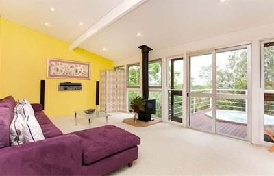 sala amarelo e violeta moderna