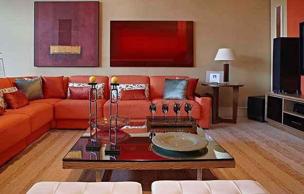 05 sofa laranja de canto na decoracao neutra