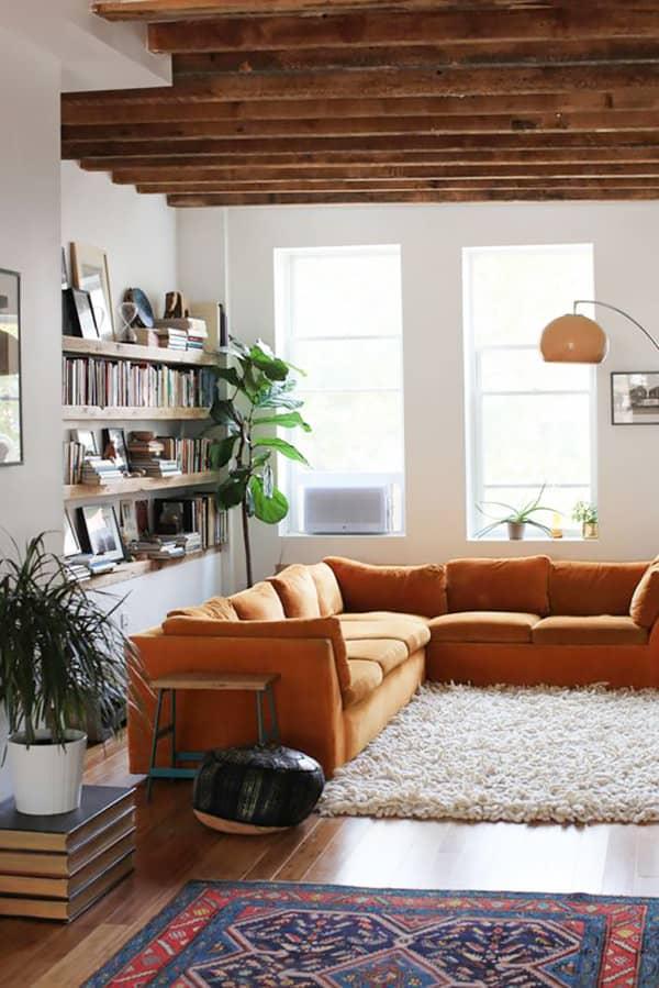 sala com sofa laranja despojada