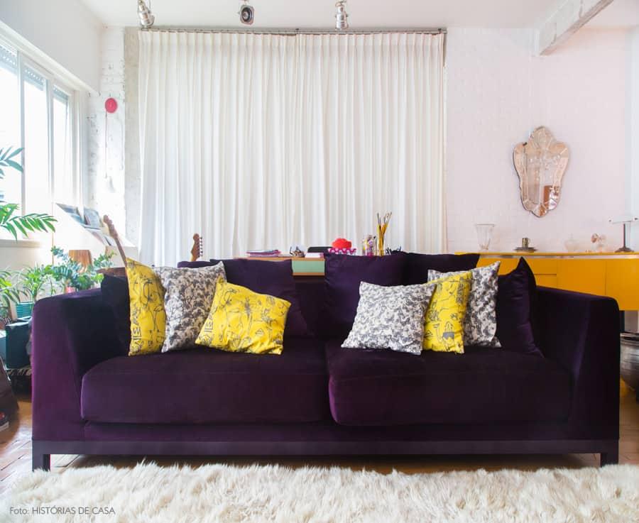 sala com sofa roxo moderno