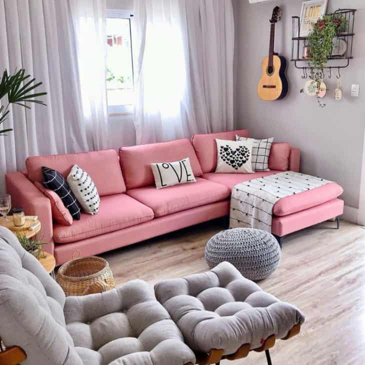 sala moderna com sofa rosa