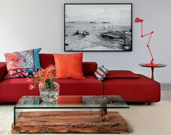 sala moderna com sofa vermelho e almofadas coloridas