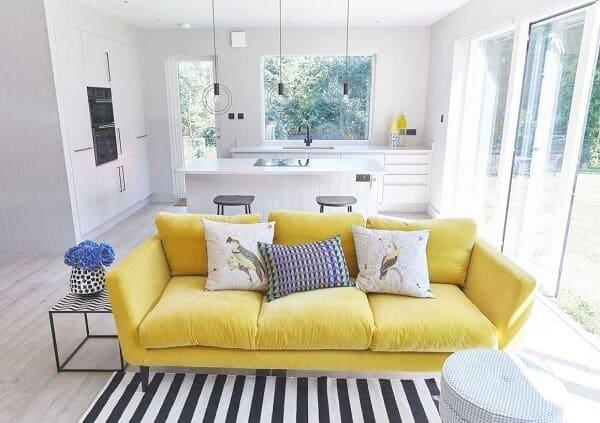 sofa amarelo em sala branca