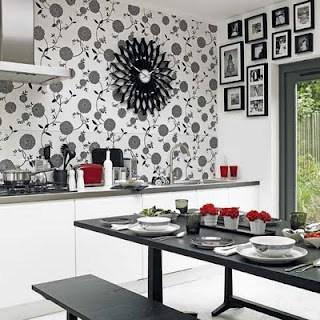 Cozinha com papel de parede floral preto