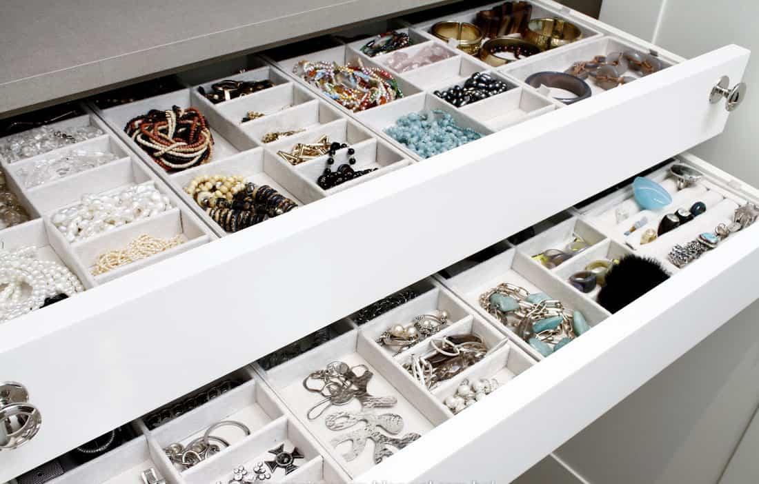 Guardar bijuterias em gavetas