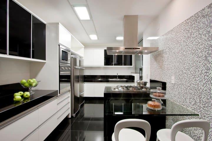 cozinha branca com piso preto