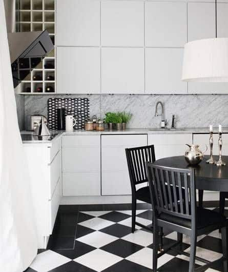 Cozinha com piso xadrez