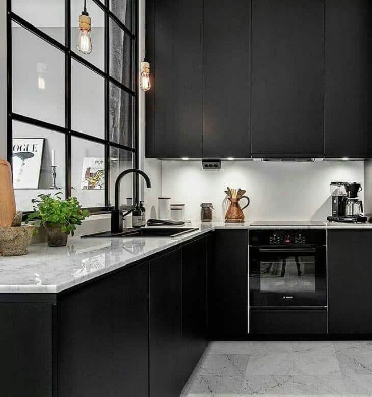 Cozinha com metais preto e pendente industrial