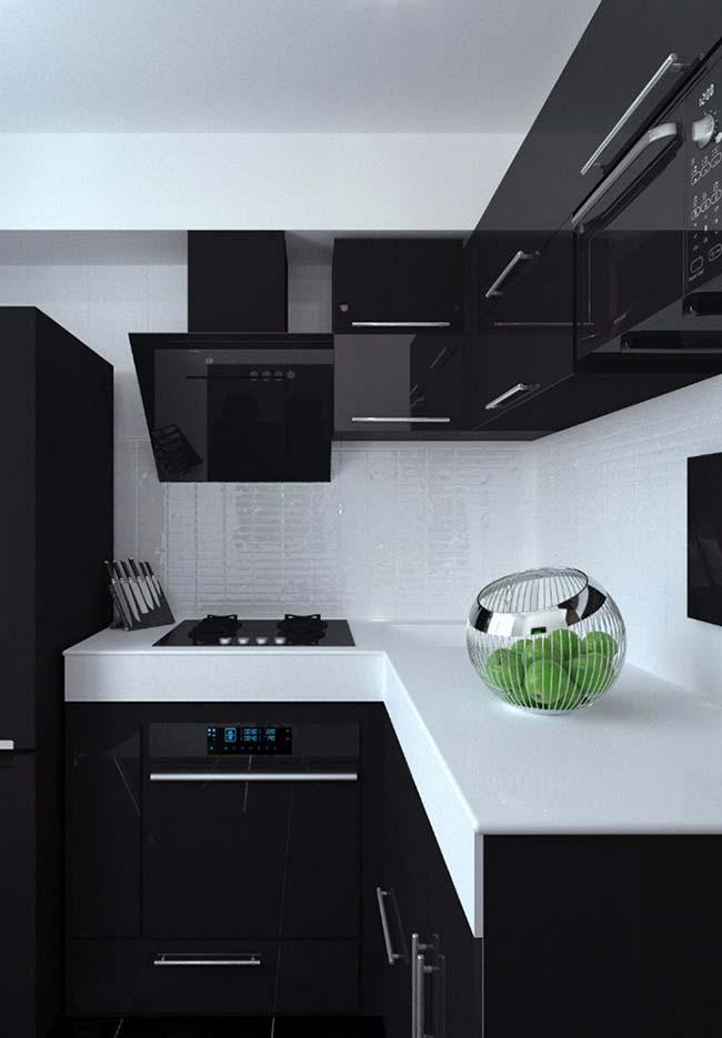 Cozinha com móveis pretos e tampo branco