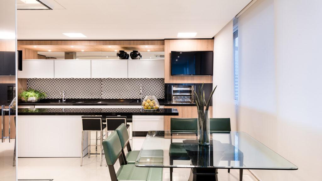 Cozinha moderna e elegante preto, branco e madeira