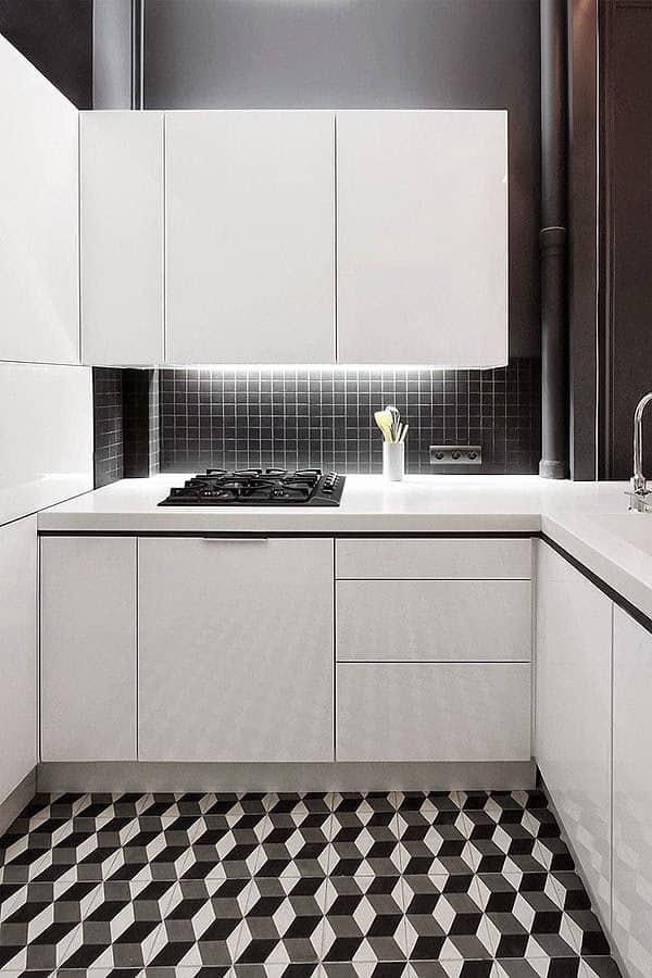Cozinha com piso preto e branco geométrico