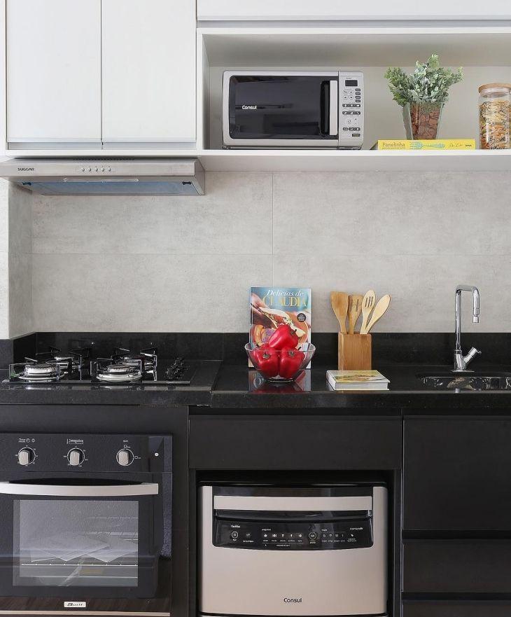 Cozinha simples com móveis preto e branco