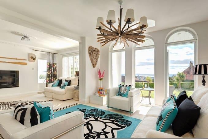 tapete decorado azul preto e branco em sala de estar