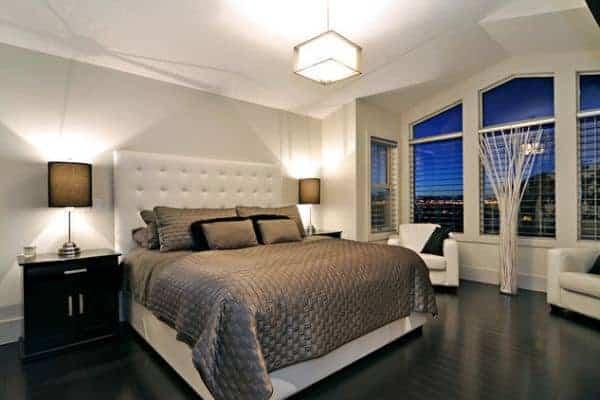 piso de madeira preto no quarto