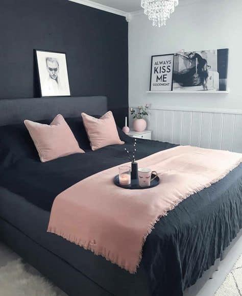quarto feminino com parede e cama preta