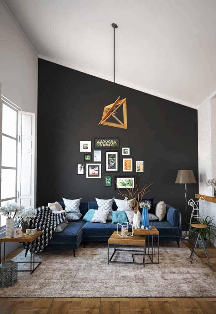 sala moderna com parede preta