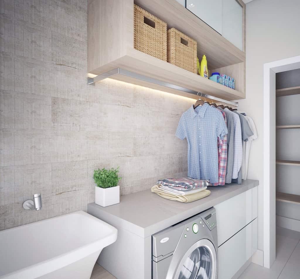 Área de serviço organizada com espaço para roupas