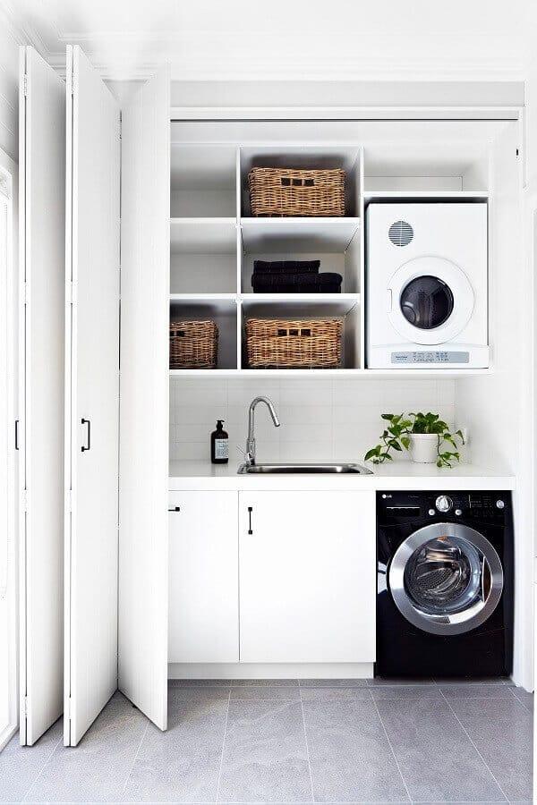 Armário com lavanderia escondida e tanque de inox