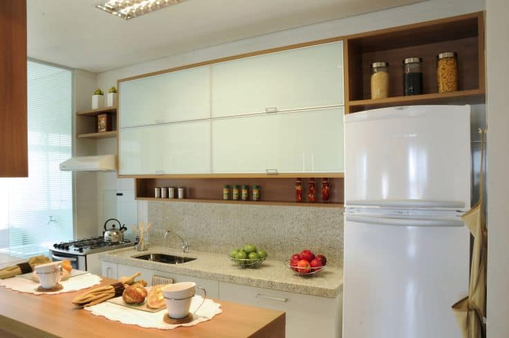 02 cozinha pequena planejada branca e amadeirada