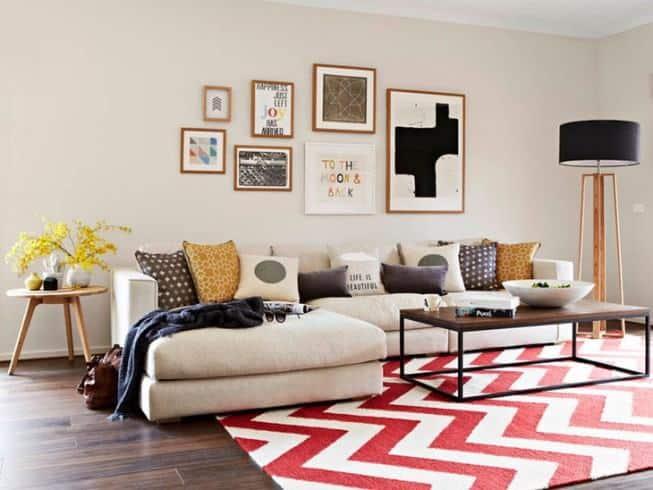 conjunto de quadros diferentes no sofa