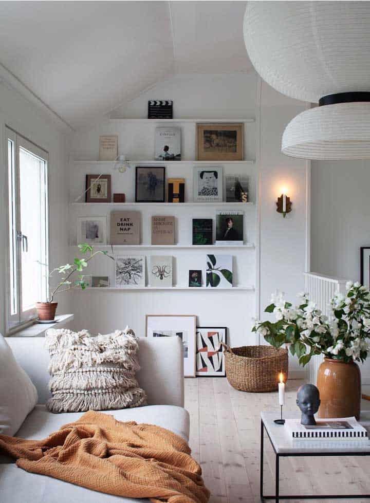 ideia para parede de quadros apoiados em prateleiras