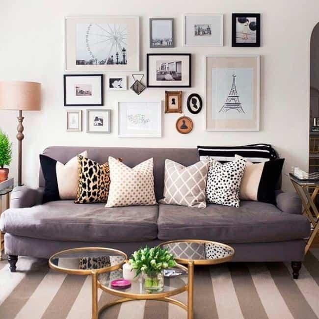 sala moderna com quadros em cima do sofa