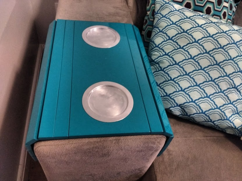 Porta copo no sofa azul turquesa