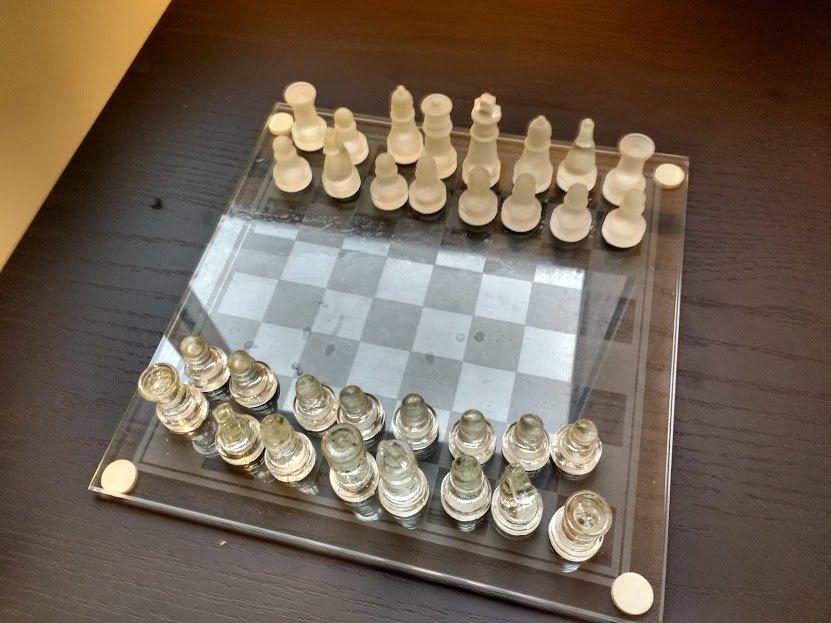 jogo de xadrez de vidro transparente