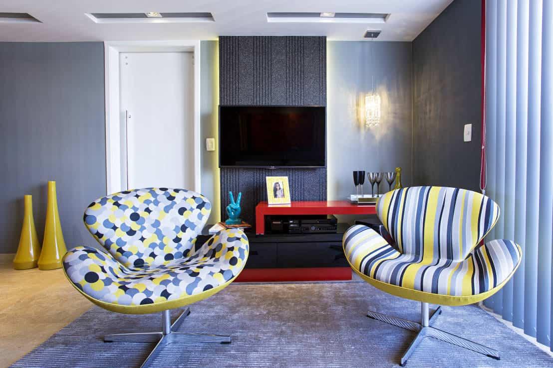 sala moderna com poltronas estampadas coloridas