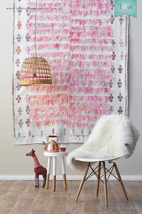 Cantinho decorado com tapete na parede