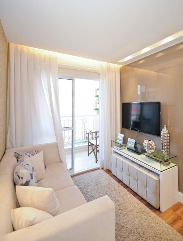 Sala pequena com cortineiro iluminado e rasgo com lâmpadas embutidas