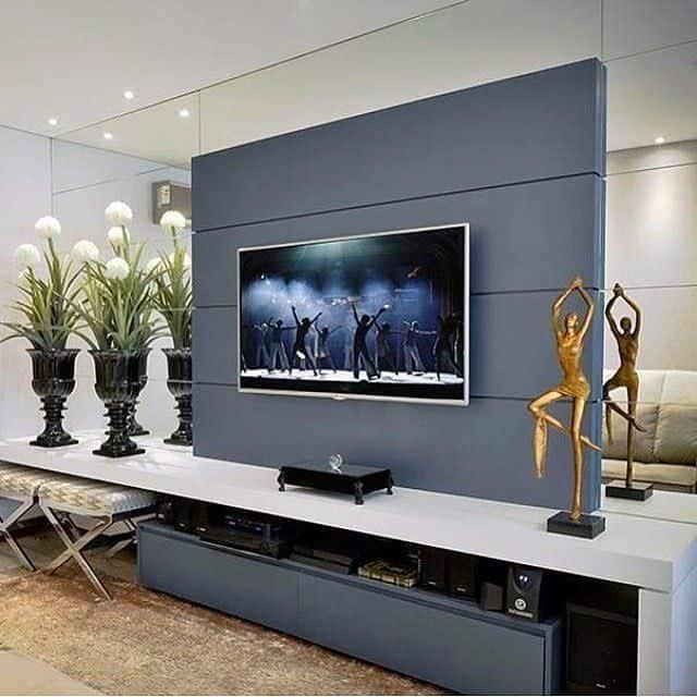 painel da tv com espelhos na lateral