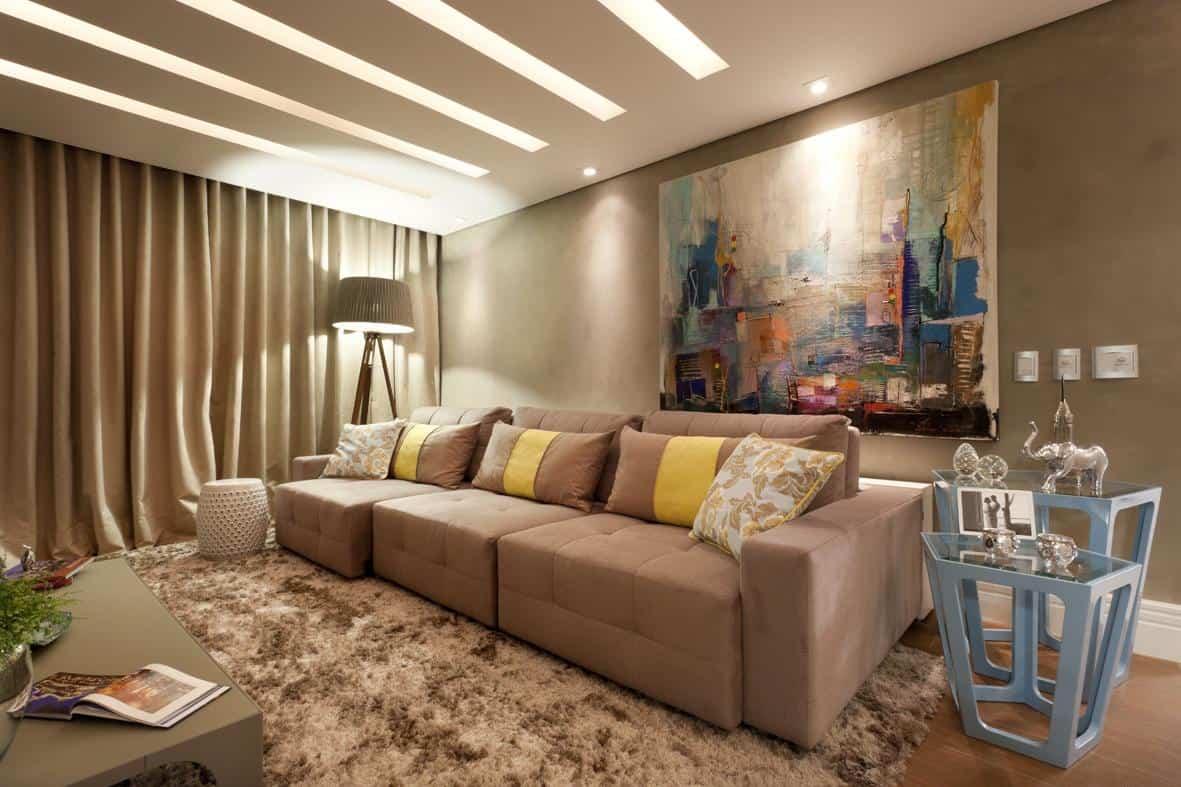Sala de TV com rasgos de luz no gesso