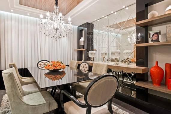 sala de jantar com espelho bisote sobre bancada