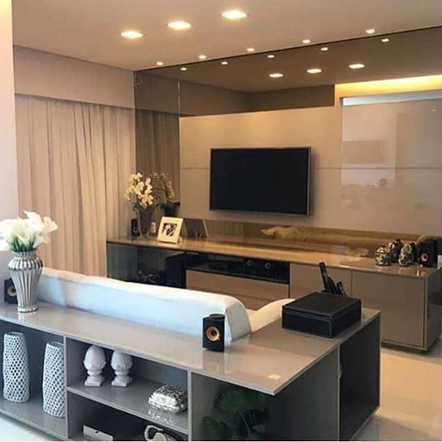 sala de tv com espelho embaixo e em cima