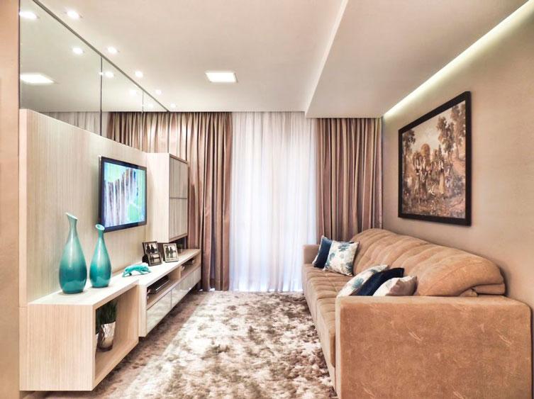 Sala com rebaixo de gesso e sanca invertida sobre o sofá