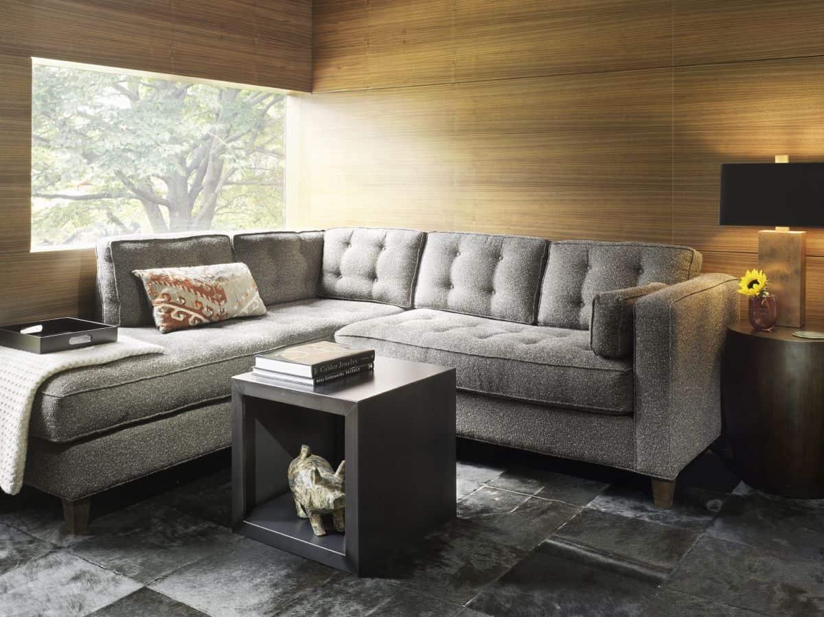 sala pequena com sofa de canto cinza