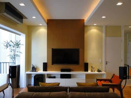 Sala simples com gesso acompanhando o painel da TV