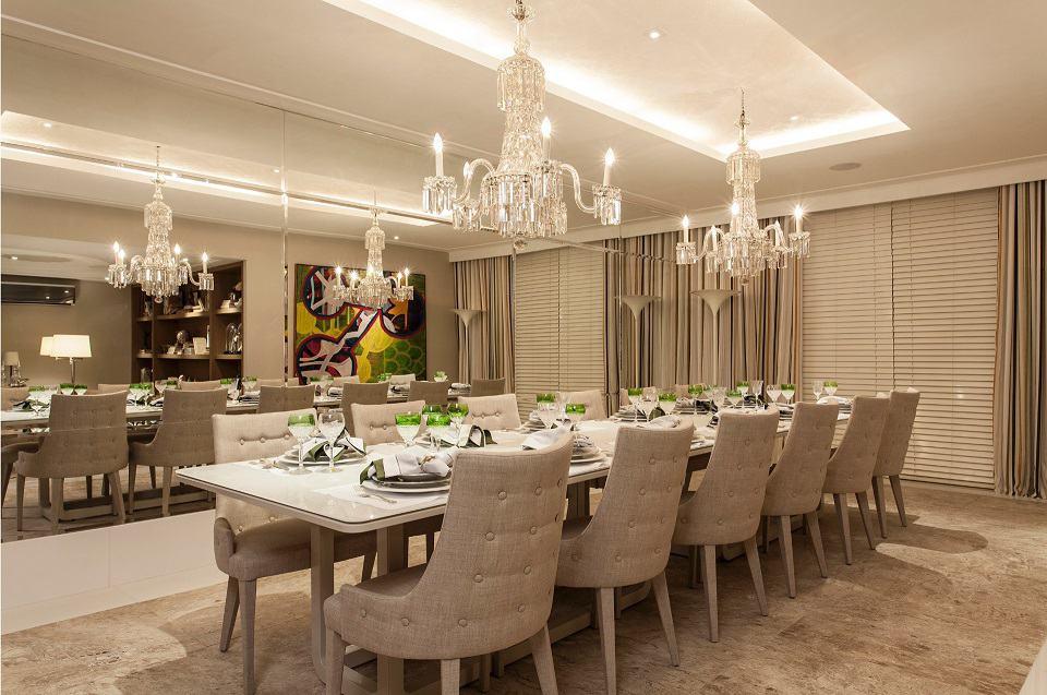 Sala de jantar com sanca simples e lustres de cristal